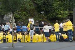 Sonderkommando der Assistenten zur heiligen Masse in Lourdes France lizenzfreies stockbild