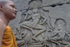 Sonderkommando des buddhistischen Mönchs und Apsara lizenzfreie stockfotos