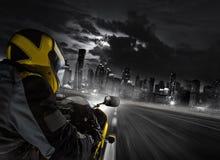 Sonderkommando des Supersportmotorradreiters, der zur modernen Stadt vorangeht stockbild