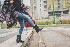Sonderkommando einer jungen Frau, die in den Stadtstraßen aufwirft Lizenzfreies Stockbild