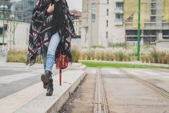 Sonderkommando einer jungen Frau, die in den Stadtstraßen aufwirft Lizenzfreie Stockbilder