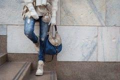 Sonderkommando einer jungen Frau, die in den Stadtstraßen aufwirft Lizenzfreies Stockfoto