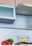 Sonderkommando in einer modernen Küche Lizenzfreies Stockbild