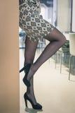 Sonderkommando einer schönen jungen Frau, die in einem Büro aufwirft lizenzfreie stockfotos