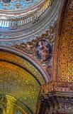 Sonderkommando eines Heiligen innerhalb einer alten Kirche Lizenzfreies Stockfoto