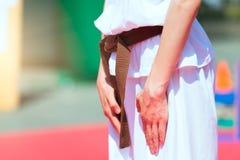 Sonderkommando eines Jungen mit braunem Karategurt lizenzfreie stockbilder