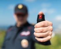 Sonderkommando eines Polizeibeamten, der Pfefferspray hält lizenzfreie stockfotos