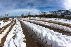 Sonderkommando-Schnee spürt Schlamm-Schotterweg auf Stockfoto