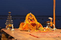 Sonderkommando von Gangotri Seva Samiti bei Aarti Ceremony im Ganges in Varanasi, Indien Stockfotografie
