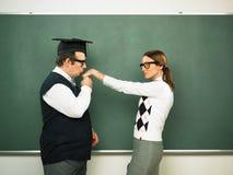 Sonderling, der eine Hand zu seiner Freundin küsst Stockbilder