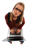 Sonderling-Frau auf Laptop Lizenzfreies Stockfoto