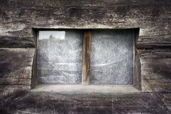 Sondern Sie Fenster auf gealterter hölzerner Wand aus. Lizenzfreie Stockfotografie