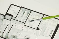 Sondern Sie grünen Bürstensatz auf der architektonischen isometrischen Skizze des Immobiliengrundrisses aus, die eine Mitteilung  Stockbild