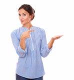 Sondern Sie lateinische Dame aus, die ihre linke Palme hochhält stockfotografie
