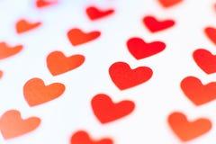 Sondern Sie rotes Herz im Fokus zwischen vielen anderen aus Lizenzfreie Stockfotografie