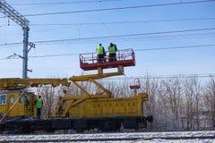 Sonderzug mit einem Landungskran für Service und Reparatur von elektrischen Netzen auf der Eisenbahn Arbeitskräfte, die an Servic lizenzfreie stockbilder