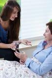 Sondotter som ger morfarmediciner Royaltyfri Foto