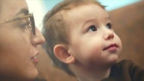 Sonen för mamma` s visar en riktning för att se Vila tillsammans Begreppet av moderskap föräldraskap Moderskap av härligt arkivfilmer