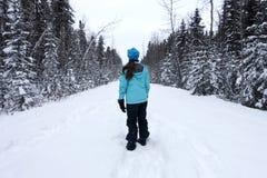 sonen för snowing för mum för grönt omslag för fader för lag för blått lock för basker går den röda vinter Fotografering för Bildbyråer