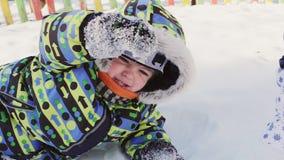 sonen för snowing för mum för grönt omslag för fader för lag för blått lock för basker går den röda vinter leka snow för pojke stock video
