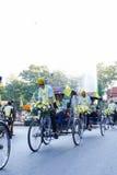 Sonen med hans fader som rider trehjulingen runt om Chiang Mai Royaltyfri Bild