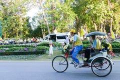 Sonen med hans fader som rider trehjulingen runt om Chiang Mai Arkivfoton