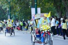 Sonen med hans fader som rider trehjulingen runt om Chiang Mai Royaltyfria Foton