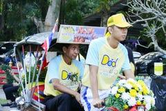 Sonen med hans fader som rider trehjulingen runt om Chiang Mai Arkivbild