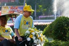 Sonen med hans farsa på trehjulingridning runt om den Chiang Mai staden Arkivbild