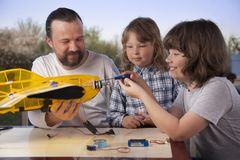 Sonen och fadern gjorde hemlagat radio-kontrollerat modellflygplan ai arkivfoto