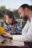 Sonen och fadern gjorde hemlagat radio-kontrollerat modellflygplan ai royaltyfria foton