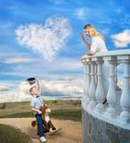 Sonen red på hästrygg till hans älskade moder Liten prins på hästrygg Royaltyfri Foto