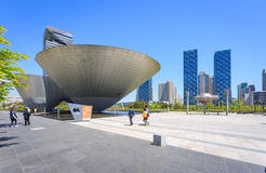 Songdo,韩国- 2015年5月05日:在中央的三碗大厦 库存图片