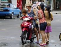 Songkarn siamesisches neues Jahr - Wasserfestival Lizenzfreie Stockfotografie
