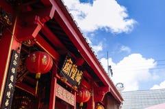 Songkhla, TAHILAND - rote errichtende Fassade der alten Weinlese vom Songkhla-Stadt-Säulenschrein mit chinesischen Laternen bei N lizenzfreies stockbild