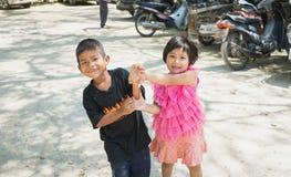 Songkhla, Tailândia - 8 de abril de 2017: Menino e menina que têm o divertimento junto em Wat Kongkawadee em Songkhla Tailândia Imagens de Stock