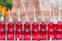 SONGKHLA, TAILÂNDIA - 10 DE OUTUBRO DE 2016: As bebidas vermelhas de Fanta são dadas à estátua santamente colocando a na parte di Imagens de Stock