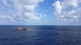 Songkhla, Tailandia 11 de febrero de 2019: Cargo rojo de la transferencia del barco de la fuente al petróleo y gas adentro almacen de video