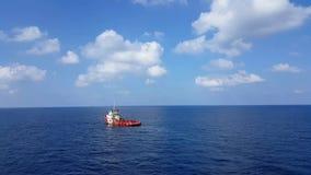 Songkhla, Tailandia 10 de febrero de 2019: Cargo rojo de la transferencia del barco de la fuente a la industria del petróleo y ga metrajes
