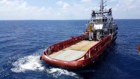Songkhla, Tailandia 15 de febrero de 2019: Cargo rojo de la transferencia del barco de la fuente a la industria del petróleo y ga almacen de video