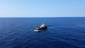 Songkhla, Tailandia 6 de febrero de 2019: Cargo rojo de la transferencia del barco de la fuente a la industria del petróleo y gas metrajes