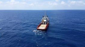 Songkhla, Tailandia 15 de febrero de 2019: Cargo rojo de la transferencia del barco de la fuente a la industria del petr?leo y ga almacen de video