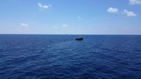Songkhla, Tailandia 19 de febrero de 2019: Cargo rojo de la transferencia del barco de la fuente a la industria del petr?leo y ga almacen de video