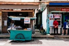 Songkhla, TAILANDIA - vieja parada de la comida de la calle del triciclo de la turquesa colorida local que vende el bocado al lad imagen de archivo libre de regalías