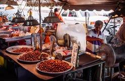 Songkhla, Tajlandia - stary azjatykci sprzedawanie piec facetów kasztany przy Kim Yong Targowym sławnym suchym jedzeniem i hurtow zdjęcia stock