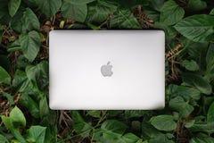 SONGKHLA TAJLANDIA, Wrzesień, - 22, 2018: Jabłczany Macbook pro komputer na zielonym liścia wzorze, mieszkanie nieatutowy, tworzy obrazy royalty free