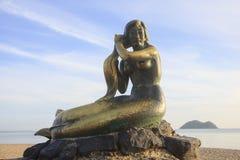 SONGKHLA TAJLANDIA, Wrzesień, - 26: Syrenki statua na Wrześniu 26,2016 przy Samila plażą, Songkhla, Tajlandia Syrenki statua Zdjęcie Stock