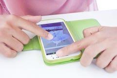 SONGKHLA, THAÏLANDE - 22 SEPTEMBRE 2014 : Femme musulmane employant le sma mobile Photos libres de droits