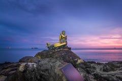 SONGKHLA, THAILAND - 9 SEP, 2017: Landschap van een populair openbaar standbeeld van een gouden meermin op steen bij Samila-Stran Royalty-vrije Stock Foto