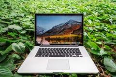 SONGKHLA THAILAND - September 22, 2018: Apple Macbook mönstrar pro-datoren på gröna sidor, skapat av Apple Inc arkivbild